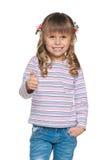 Het meisje houdt haar duim tegen Royalty-vrije Stock Fotografie