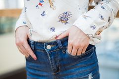 Het meisje houdt haar indient jeanszak royalty-vrije stock afbeelding
