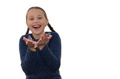 Het meisje houdt heartily zijn handen en lach stand stock foto's