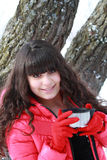 Het meisje houdt het deksel van de thermosflessen Stock Foto