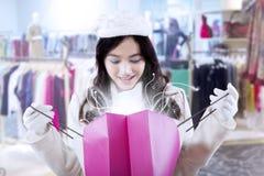 Het meisje houdt het winkelen zak met mirakellicht Royalty-vrije Stock Fotografie