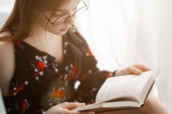 Het meisje houdt interessant boek Stock Afbeelding