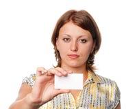 Het meisje houdt lege kaart royalty-vrije stock foto's