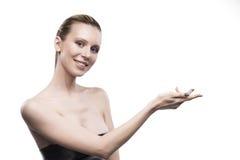 Het meisje houdt lege ruimte over een hand op een witte achtergrond stock foto