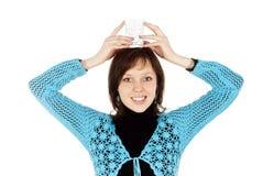 Het meisje houdt op haar hoofd een glas water Stock Afbeelding