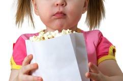 Het meisje houdt pakket met popcorn Stock Fotografie