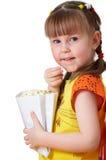 Het meisje houdt pakket met popcorn Stock Afbeelding