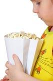 Het meisje houdt pakket met popcorn Stock Foto's