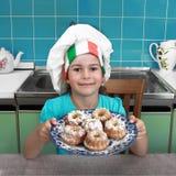 Het meisje houdt plaat van cakes Stock Afbeeldingen