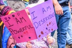 Het meisje houdt tekens in Vrouwen ` s Maart, Antigua, Guatemala Stock Fotografie