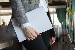 Het meisje houdt ter beschikking het tijdschriftmodel het A4-formaat royalty-vrije stock foto