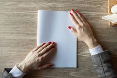 Het meisje houdt ter beschikking het tijdschriftmodel het A4-formaat stock afbeelding