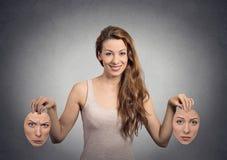 Het meisje houdt twee gezichtsmaskers stock foto