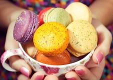 Het meisje houdt van Kleurrijke Makarons stock foto