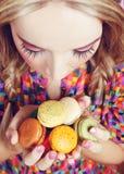Het meisje houdt van Kleurrijke Makarons royalty-vrije stock afbeelding