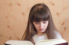 Het meisje houdt van te lezen Stock Afbeelding