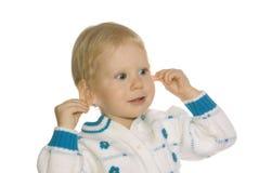 Het meisje houdt zich voor oor Stock Afbeelding
