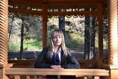 Het meisje in houten gazero Stock Foto