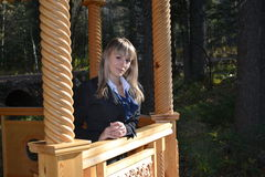 Het meisje in houten gazero Stock Afbeelding