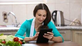 Het meisje iets doorbladert uw tablet stock footage