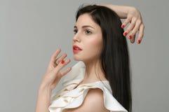Het meisje imiteert het gebied rond haar hoofd met haar handen royalty-vrije stock fotografie