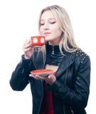 Het meisje inhaleert het aroma van thee stock afbeeldingen