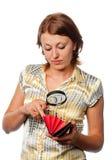 Het meisje inspecteert een beurs stock foto
