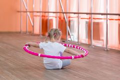 Het meisje is 3 jaar oud in de gymnastiek Royalty-vrije Stock Fotografie