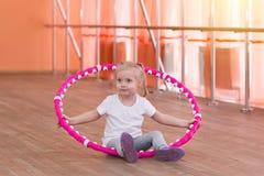 Het meisje is 3 jaar oud in de gymnastiek Stock Afbeelding