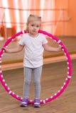 Het meisje is 3 jaar oud in de gymnastiek Stock Fotografie