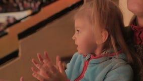 Het meisje juicht het bekijken circusprestaties toe stock videobeelden