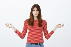 Het meisje kan niet zich concentreren, voelen geërgerd van lawaaierige medewerker Ontstemde rijpe Europese vrouw die met uitgespr stock foto