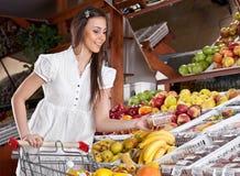 Het meisje kiest voedsel Stock Foto's
