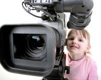 Het meisje kijkt in camcorder Stock Afbeelding