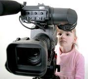 Het meisje kijkt in camcorder Royalty-vrije Stock Foto's