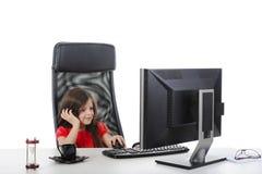Het meisje kijkt in de monitor Stock Foto's