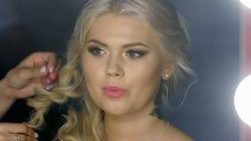 Het meisje kijkt in de spiegel in de Kapperswinkel stock video