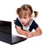 Het meisje kijkt in laptop Stock Fotografie