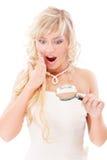 Het meisje kijkt in meer magnifier en is verrast Stock Foto