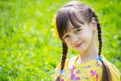 Het meisje kijkt omhooggaand en glimlacht Stock Foto's