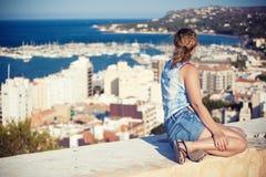 Het meisje kijkt op haven, Spanje Stock Foto's