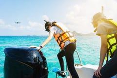 Het meisje is klaar voor het springen op het overzees, die op het overzees, verstand snorkelen royalty-vrije stock foto's