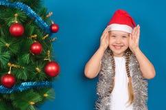 Het meisje in klatergoudglimlachen Royalty-vrije Stock Foto's