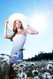 Het meisje in kleding op het madeliefje bloeit gebied Stock Foto's