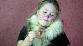 Het meisje kleedde kattenkostuum het spelen met een spinner 4K stock video