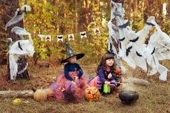 Het meisje kleedde zich als heks voor Halloween Royalty-vrije Stock Foto's