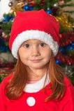 Het meisje kleedde zich als Kerstman stock foto's