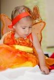 Het meisje kleedde zich als vlinder Royalty-vrije Stock Afbeeldingen