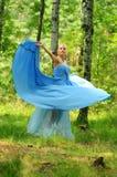 Het meisje kleedde zich in blauwe kleding Stock Afbeeldingen