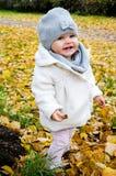 Het meisje kleedde zich fijn met een leuke glimlach Stock Foto's